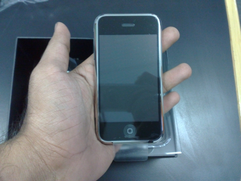 varun hand iphone
